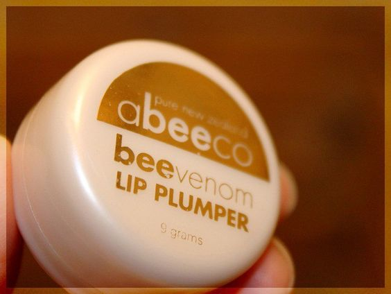 The product has the same texture and formula of a nourishing balm with the added benefits of Manuka Honey (Known for its exceptional antibacterial and healing properties) & Bee Venom (also referred to as the natural alternative to Botox!). 'The Bee Venom in this Lip Plumper actually 'fools the lip...