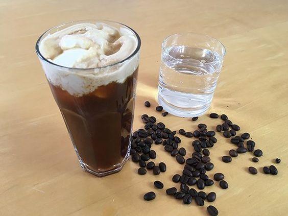 Snowy Plover – zwei Espressoshots, die mit Mineralwasser aufgegossen und mit einem Klacks Sahne serviert werden