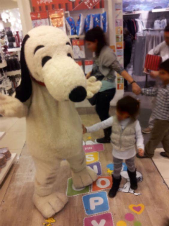 Snoopy compartiendo con los chicos el sábado pasado en la tienda de Unicenter