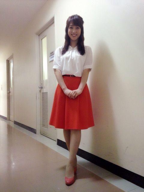川田裕美アナウンサーのオレンジ系のスカート