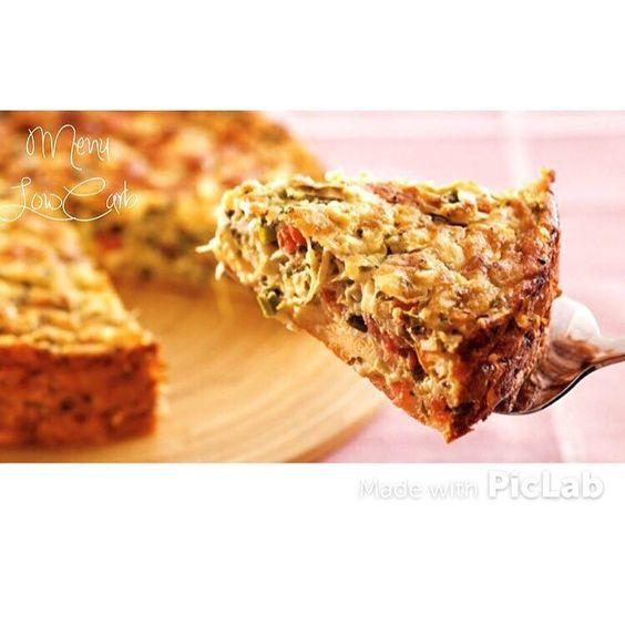 Torta De Repolho LowCarb  1/2 repolho picado e cozido  1 cenoura picada e cozida  1 chuchu picado e cozido  300 gr de presunto ou peito de peru picado  2 cebolas picadas  2 dentes de alho  2 caixinhas de creme de leite  50 gr de queijo ralado  2 colheres de sobremesa de fermento  3 ovos  4 colheres de sopa de Pis  salsa e cebolinha à gosto  Doure o alho e a cebola até que fiquem bem transparentes. Em seguida acrescente os vegetais o presunto ou peito de peru. Refogue e reserve. Bata os ovos…
