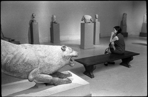 Richard Kalvar, USA. New-York City. Metropolitan Museum of Art. 1969.: