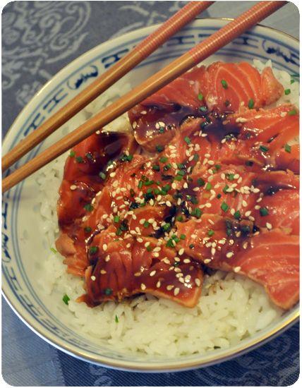 Tataki de saumon : légèrement saisi avant d'être mariné, le tataki est différent d'un simple saumon cru !