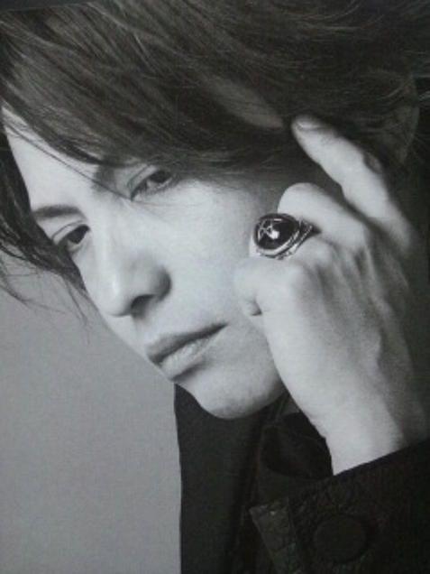 薬指に大きな指輪をはめているL'Arc〜en〜Ciel・hydeの画像