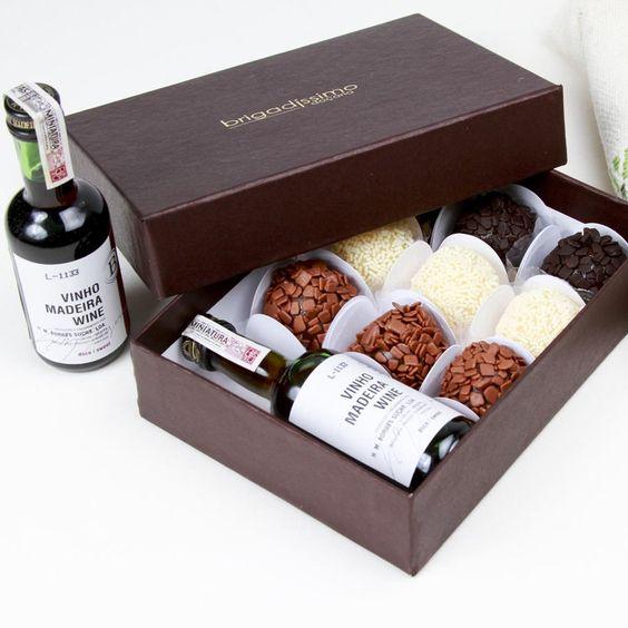 Caixa Rígida com 09 Brigadeiros Gourmet + Mini Garrafinha de Vinho do Porto 50ml - Brigadíssimo.
