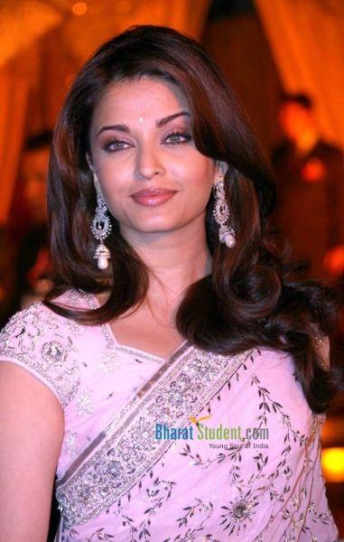Aishwarya Rai Bachchan's earrings worn at the premiere of Jodhaa Akbar in 2008
