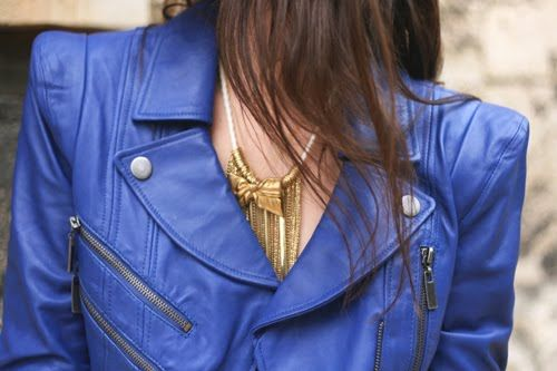 Jaqueta couro e colar maravilhosos