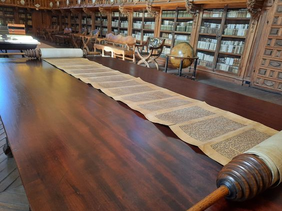 Es este manuscrito el único artefacto en formato rollo (volumen o sefer) que conservamos en la Universidad de Salamanca.