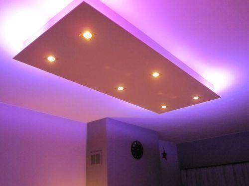 ... verlichting zoals afgebeeld naar plafond toe (wit). Materiaal wit (MDF