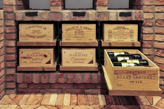 Utiliser les caisses de vin en bois comme des tiroirs de rangement