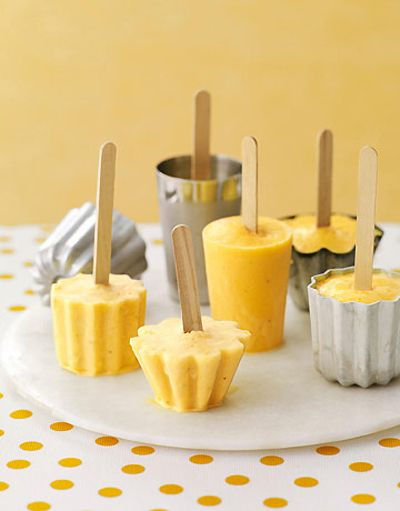 Oranje ijsjes met sinaasappel en banaan, gemaakt met bakvormpjes / via theKitchn
