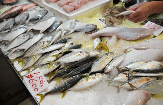 Người Singapore thường đến những khu chợ ướt để mua sắm thực phẩm tích trữ.