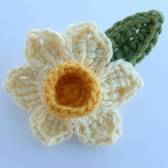 Knitted Daffodil Brooch Pattern : Crochet daffodil brooch crochet Pinterest Daffodils, Brooches and Crochet