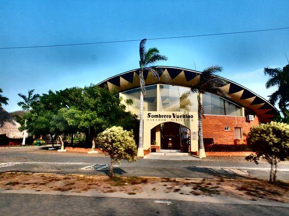 Un restaurante en la vía con techo imitando en símbolo de Colombia: El sombrero vueltiao. By Iván Lara.