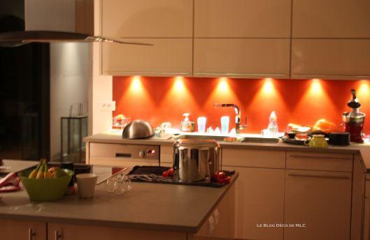 Chambre Couleur Bleu Clair : Cuisine meubles beige sur fond rouge  Cuisine couleur Darty  Cuisine
