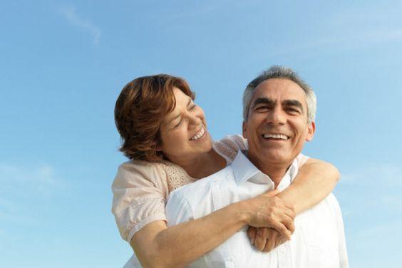 Relaciones estables y duraderas son clave para la longevidad, concluyeron estudios, las personas solteras o aquellas que han sufrido una perdida y no han encontrado una pareja tienen el doble de riego de morir que las parejas en matrimonios estables a lo largo de toda su adultez