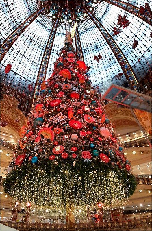 Paris Sapin 2019 Des Galeries Lafayette Christmas In Paris Christmas Tree Inspiration Cute Christmas Wallpaper