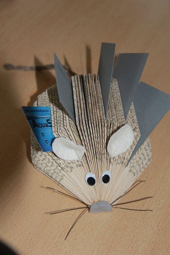 muis om kaartjes in te steken. gemaakt van een oud boek.