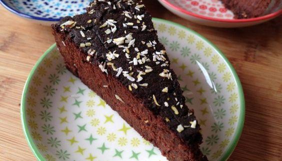 Chocoladetaart met zoete aardappel en 200 gr dadels. Kan met ander meel.(kan zelfs met kokosmeel en extra water)