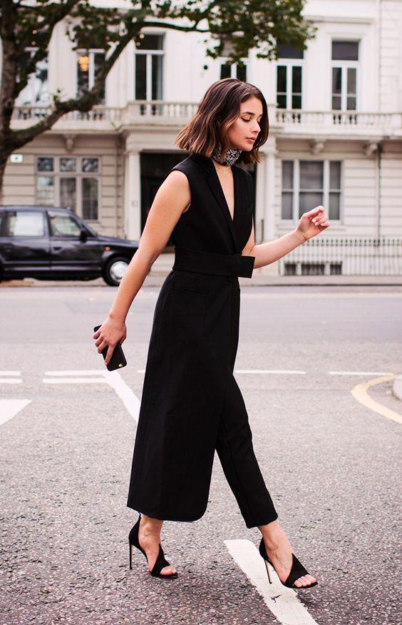 Sarah Donaldson usa maxi vestido colete preto com calça preta cropped e maxi choker: