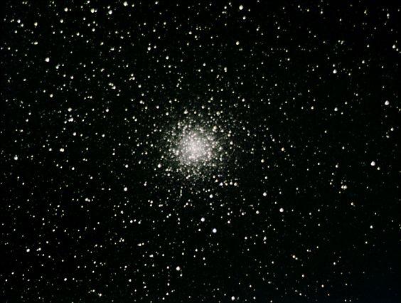 El cúmulo globular M9 (también conocido como Objeto Messier 9, Messier 9, M9 o NGC 6333) es un cúmulo globular de la constelación de Ofiuco. Fue descubierto por Charles Messier en 1764. Su magnitud conjunta en banda B (filtro azul) es igual a la 9.36, su magnitud en banda V (filtro verde) es igual a la 8.42; su tipo espectral es Ne. Fotográficamente se aprecia de color amarillento debido a la gran cantidad de estrellas gigantes rojas (de color amarillento o dorado) que contiene.