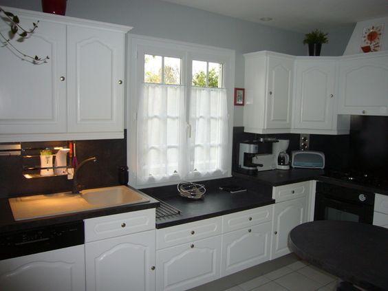 Peindre meubles cuisine en blanc avec plan de travail noir for Peindre sa cuisine en blanc