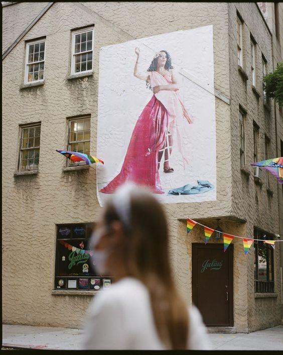 Foto de gran tamaño de la trans Miss Simone (que trabaja en espectáculos en el West Village) en la fachada del Juliu's, uno de los bares gais más emblemáticos de Nueva York