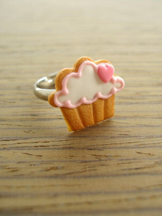 This cute little eye-catching pink cupcake cookie will delight you and your friends!