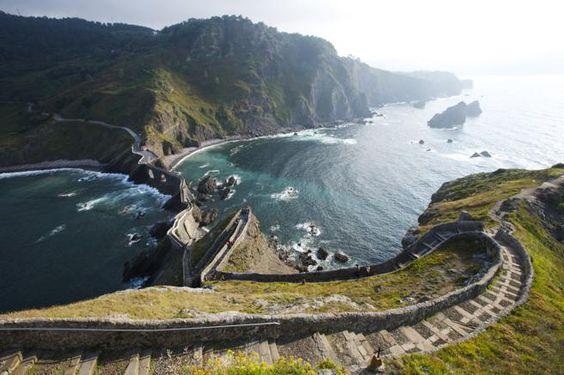 Paseo a la isla de San Juan de Gaztelugatxe desde la cumbre de la isla.de San Juan de Gaztelugatxe, Pais Vasco