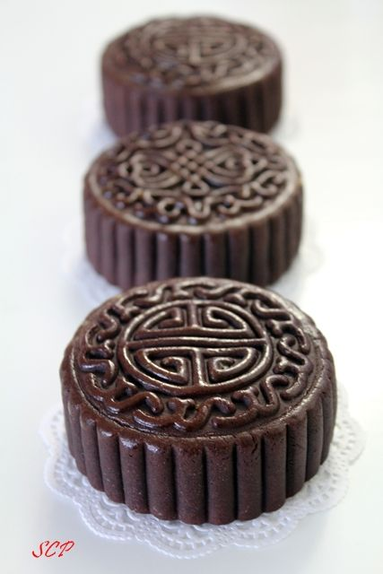 Chocolate mooncake with creamcheese filling