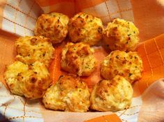 Red Lobster Cheddar Bay Biscuits 2 cups Bisquick biscuit mix, 2/3 cup milk, 1/2 cup cheddar cheese, 1/4 cup butter (melted), 1/4 teaspoon garlic powder 1/4, teaspoon dried parsley Preheat oven to 450 degrees. Mix biscuit mix, milk, and cheddar cheese until soft dough forms; beat for 30 seconds. Drop dough onto cookie sheet. Bake 8-10 minutes or until golden brown. Mix melted butter, garlic powder, and dried parsley; brush generously over warm biscuits before removing from cookie sheet.