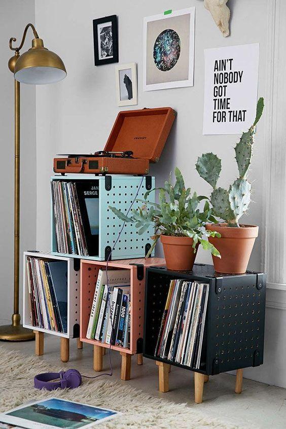 Adorei este canto, destaque para o gira-discos e para as pequenas estantes com os discos.: