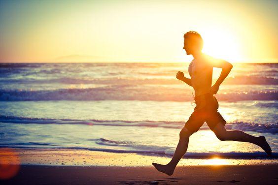 A veces yo corro en la playa en la mañana.