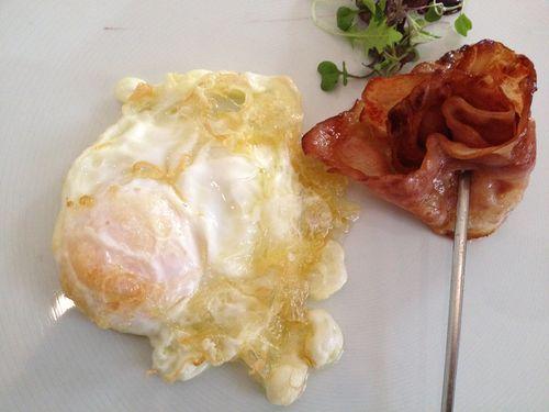 Huevo bien frito y con brocheta de beicón. En Hilton Sa Punta, Palma de Mallorca