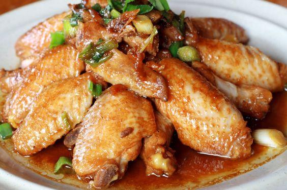 """La recette: Ailes de poulet caramélisées, via le site """"Les Recettes de ma Mère"""" (ailes,caramélisé,oignon,plats,poulet,recette).  http://lesrecettesdemamere.net/recette/ailes-de-poulet-aux-oignons-caramelisees/"""