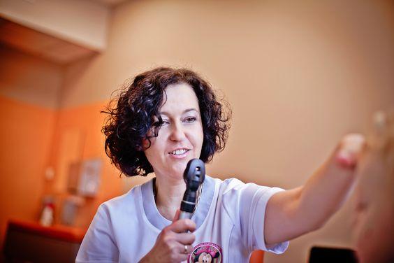 Dr Turska podczas pracy z Małym Pacjentem :)