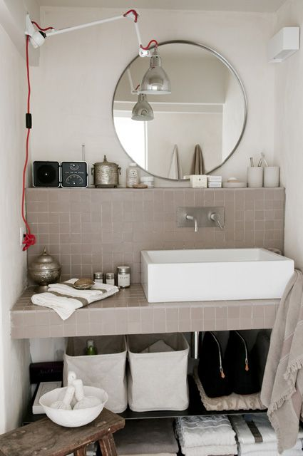 Kleiner Absatz über dem Waschbecken- very handy!