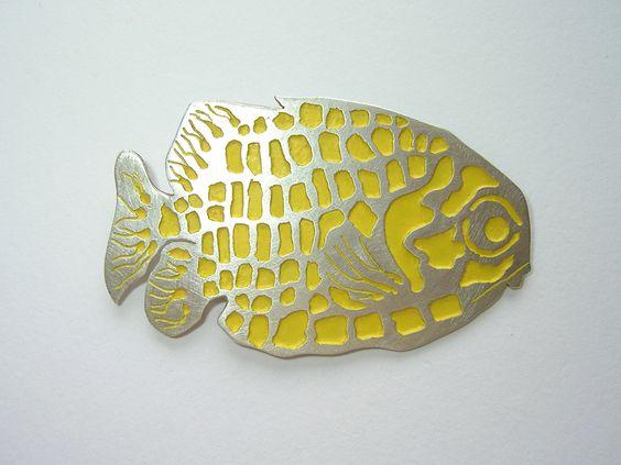 Ausgefallene Fisch-Brosche aus Silber.  Eye-catcher durch die knallgelbe Farbe.    925/000 Sterlingsilber.  Einzelstück    Goldschmiedearbeit aus mein