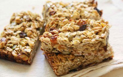Barrette con mela e albicocca, ricetta snack salutare - Le barette con mela e albicocca sono una ricetta per realizzare uno snack salutare e genuino. Una ricetta ricca di sostanze nutritive indispensabili per l'organismo.