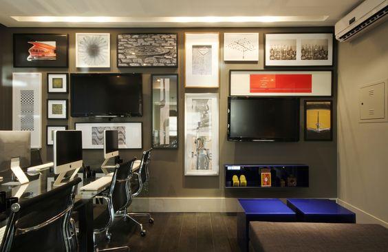 No escritório de webdesign a parede com uma composição de quadros e tv's, criada pelo arquiteto, gerou um ambiente criativo e descontraído http://ow.ly/9jp4K  #tecnisa