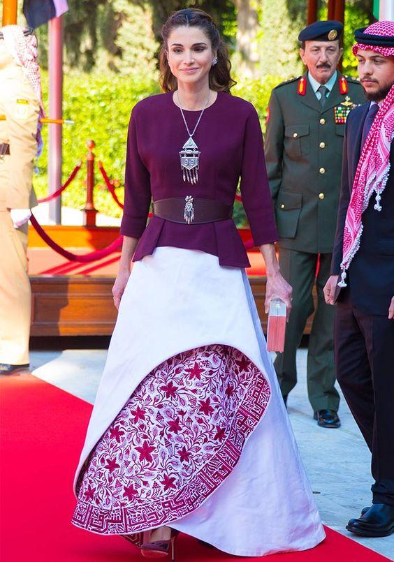 La Reina Rania de Jordania decidió dar un toque de innovación a su imagen al llevar una exótica falda de estructura rígida durante la celebración del aniversario de independencia de su país.