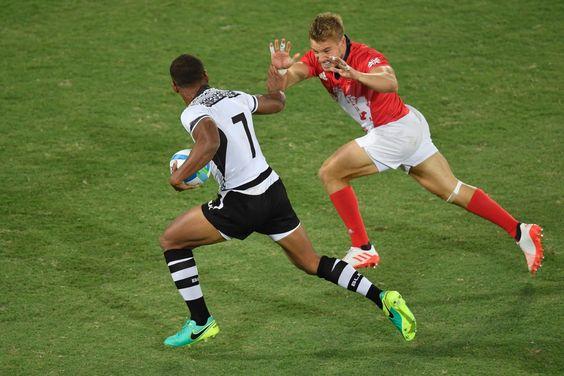 Osea Kolinisau des Îles Fidji contre l'Anglais Tom Mitchell pendant un match de…
