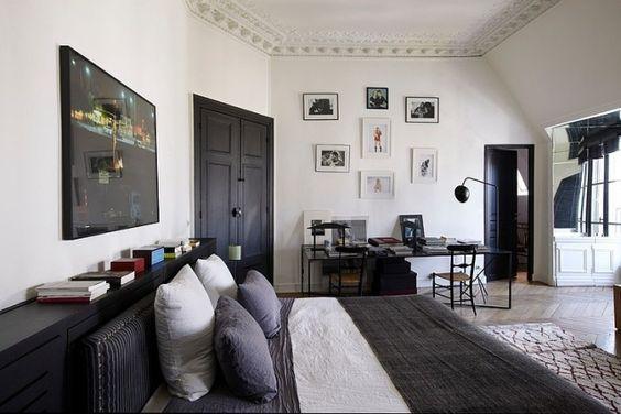 schlafzimmer schwarz weiß decke zierleisten kunstwerke