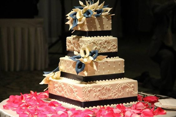 Love love love the square cake with last initial as the topper