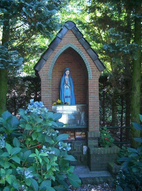 Catholic garden shrines front yard shrines and wayside for Garden grotto designs