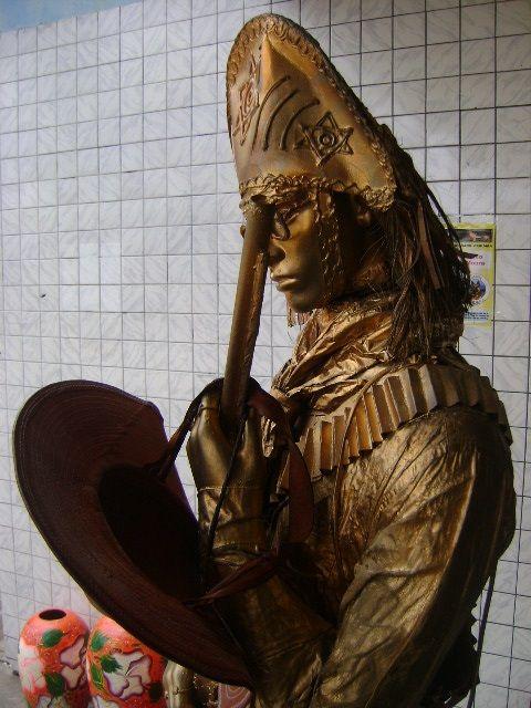 Figura de Lampião esculpida em cerâmica no Artesanato Caruaruense