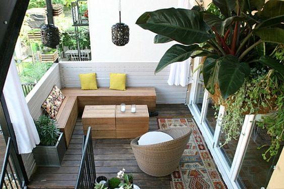 Balkon Ideen Holzmöbel Holzboden Musterteppich Holzzaun Treppen Gelbe  Kissen Weiße Kerzen Pflanzen | Terrasse Und Balkon | Pinterest