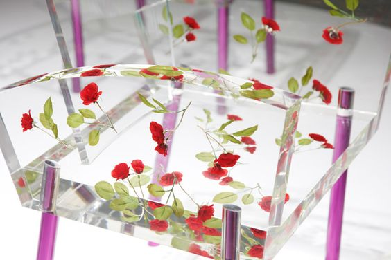 """Miss Blanche, S. KURAMATA - 1989 Essentiellement en matière plastique transparente incluant des pétales de rose inspiré du chemisier orné de roses rouges de Vivien Leigh dans """"Un tramway nommé désir""""."""
