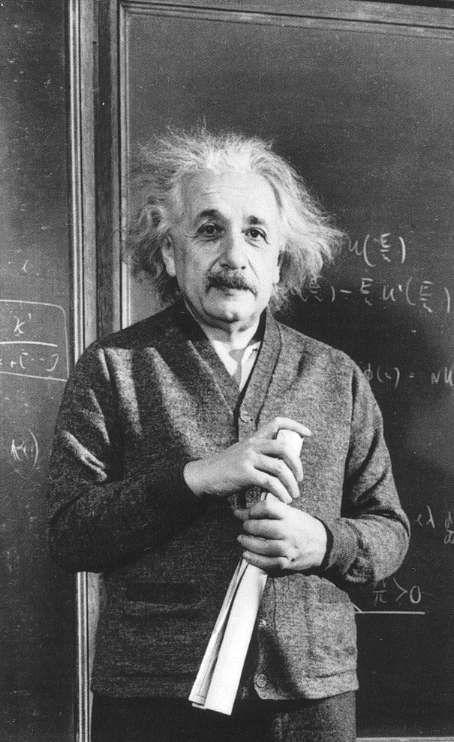 丸めた髪を持って黒板の前に立っているアルベルト・アインシュタインの壁紙・画像