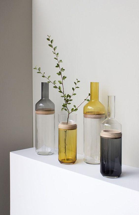 Vases Bouteille Duo, en verre avec bague en bois, existe en 2 tailles D 10,9 x 42 cm et D 12,9 x 49 cm, et 2 couleurs ambre ou gris, 65 euros les 2 pièces, Coming B.
